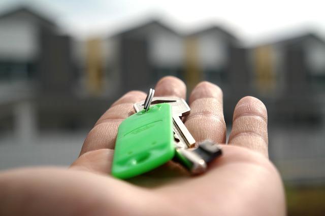 natažená dlaň, klíče, zelený rozlišovač