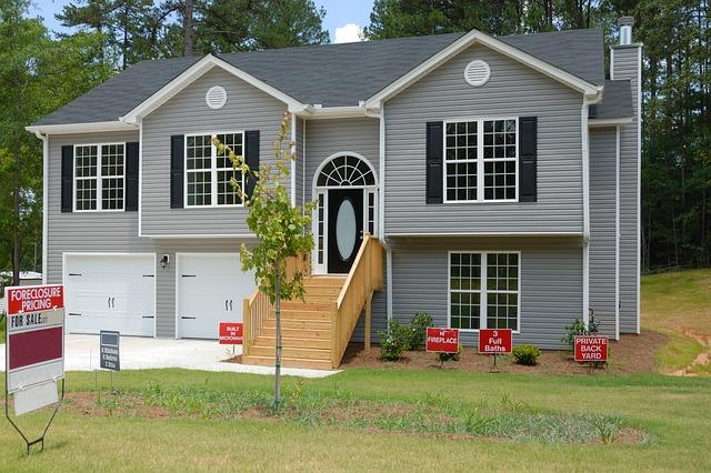 šedý dům, dřevěné schody, na prodej