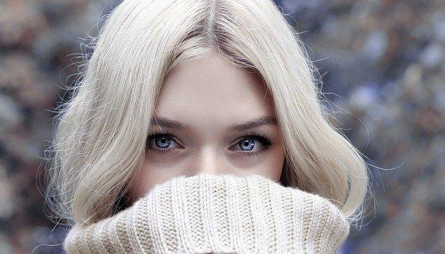 blondýna v roláku