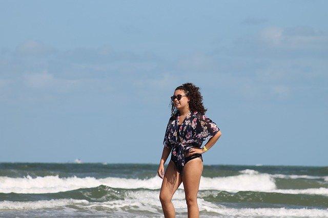 děvče na pláži v košili