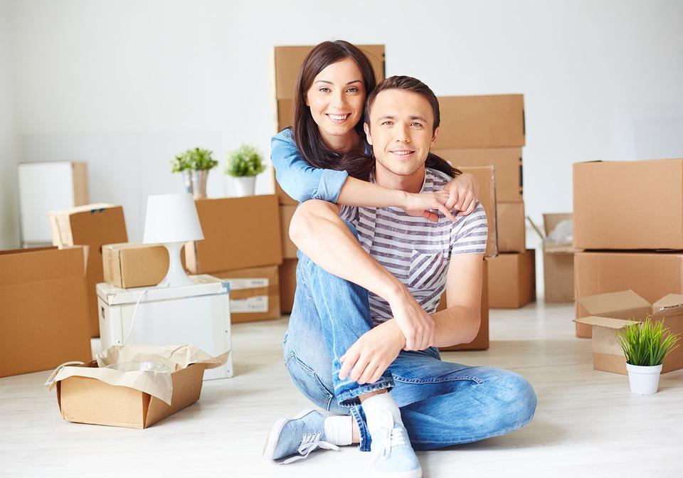 milenecký pár při stěhování
